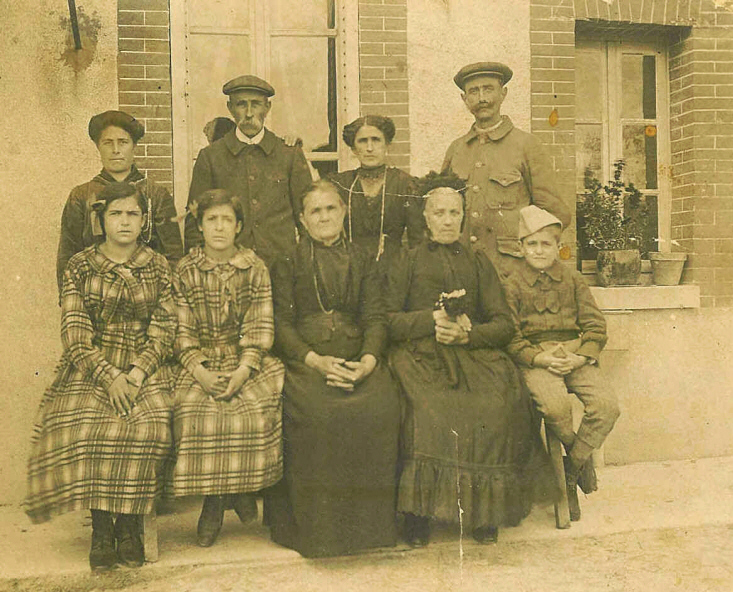 Photo de famille vers 1914 au Moulin de Putemusse- Marcilly le Hayer - (Photo Coll. JLB)
