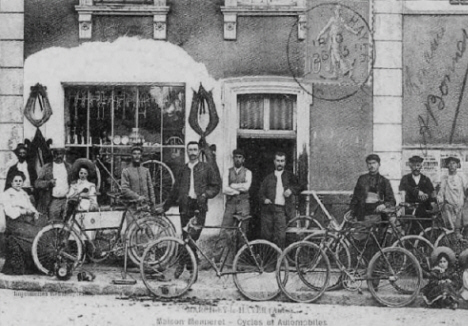 la Maison Menneret : Cycles et Automobiles vers 1900 - Marcilly le Hayer - (Photo Coll. JLB)